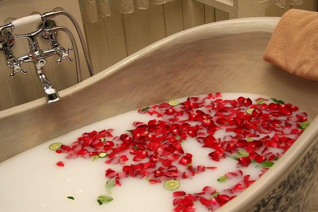 bain lait et pétales de rose