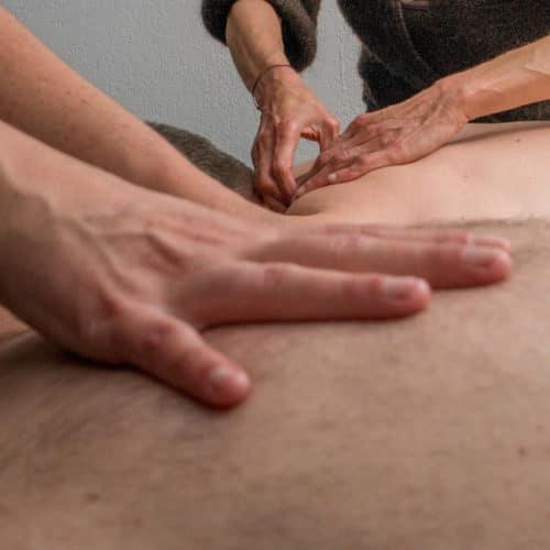 Deux masseuses massent le dos de 2 personnes