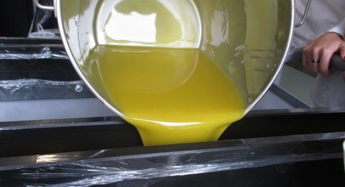 remplissage du moule à savon